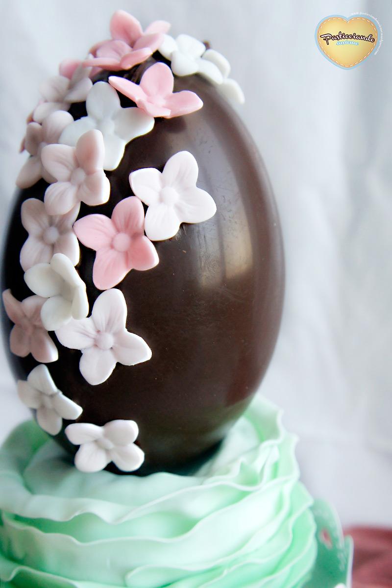 Uovo di cioccolato fondente decorato pasticciando insieme - Uova di pasqua decorati a mano ...