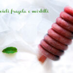 Ghiaccioli fragola e mirtilli