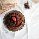 Naked cake al cioccolato con more e ciliegie
