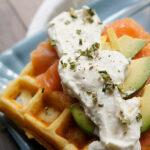 Waffles con crema al formaggio, salmone ed avocado