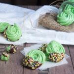Meringhe decorate con cioccolato e praline di zucchero