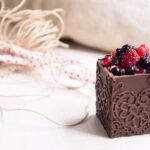 Scatola di cioccolato fondente con meringa alla Guinness e frutti di bosco