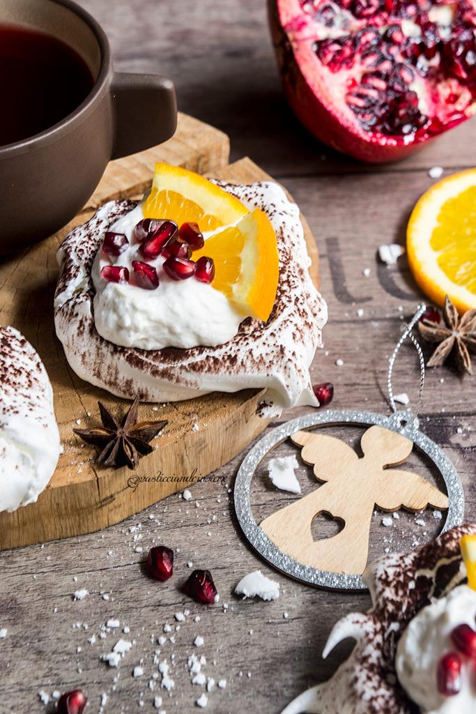 Pavlova al cacao con arancia e melograno
