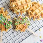 Waffles decorati con cioccolato bianco